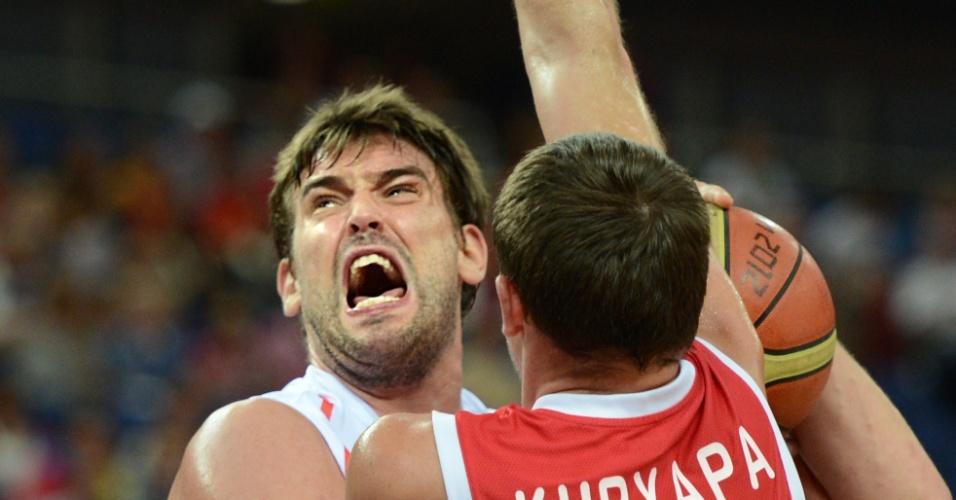 Espanhol Marc Gasol é pressionado pelo russo Victor Khryapa na semifinal das Olimpíadas de Londres