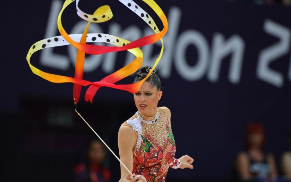 Espanhola Carolina Rodriguez impõe dramaticidade a sua apresentação de fita na eliminatória de ginástica rítmica desta sexta-feira