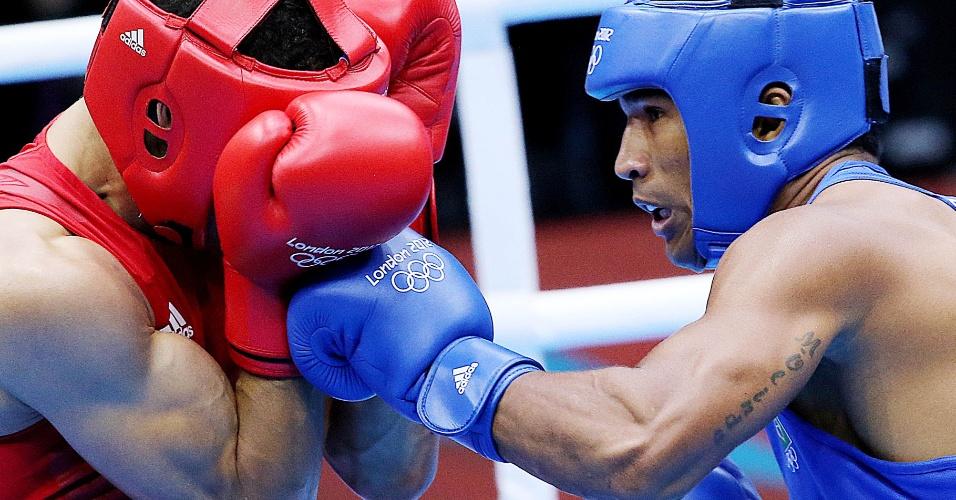 Esquiva (azul) tenta o golpe no rival britânico Anthony Ogogo