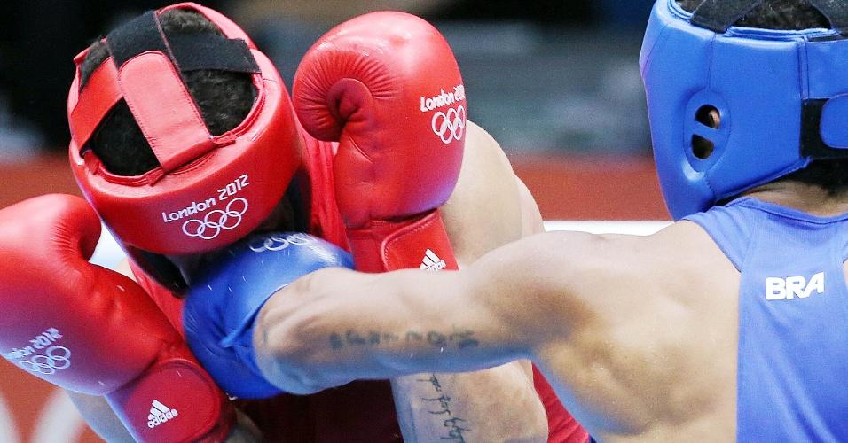 Esquiva Falcão acerta golpe no rival britânico durante combate pela semifinal