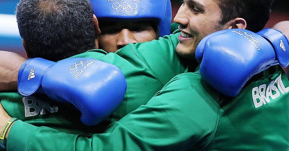 Esquiva Falcão é abraçado pelos treinadores depois da vitória na semifinal em Londres