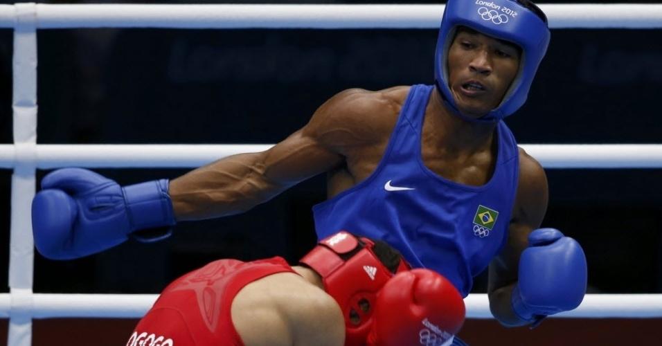 Esquiva Falcão tenta golpe contra o britânico Anthony Ogogo pela semifinal da categoria até 75 kg