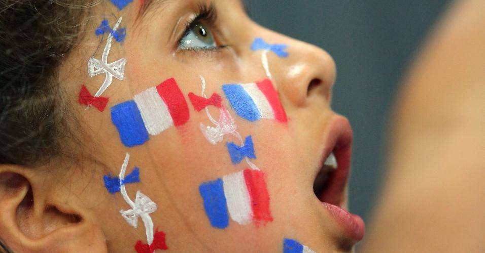 Garota francesa torce por seu país na semifinal de handebol contra a Croácia