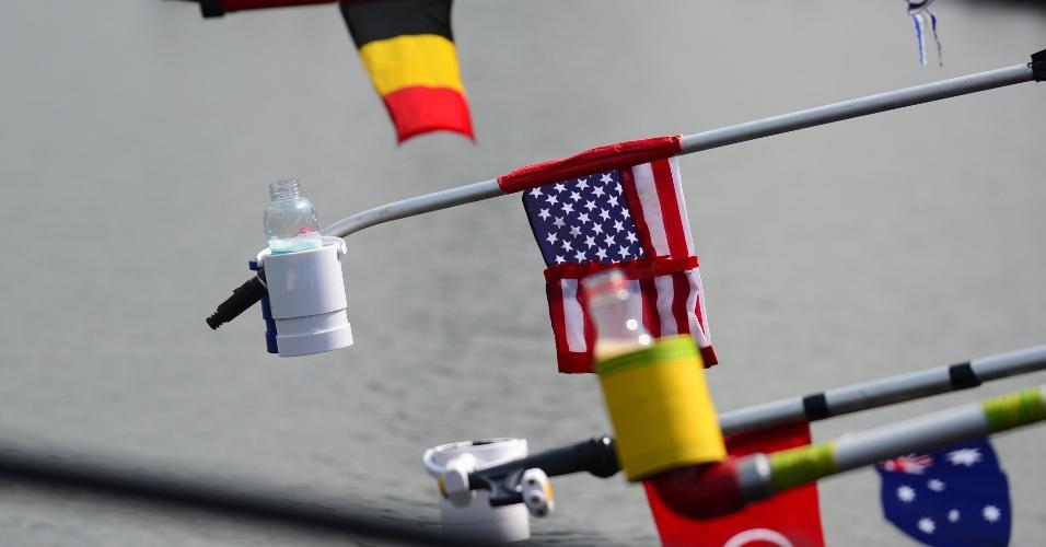 Imagem mostra como as bebidas são oferecidas aos atletas que disputam a maratona aquática nos Jogos Olímpicos