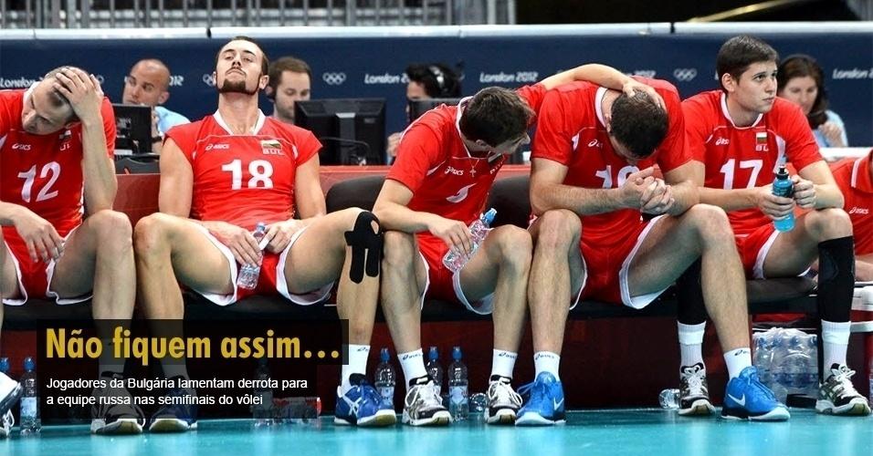 Jogadores da Bulgária lamentam derrota para a equipe russa nas semifinais do vôlei