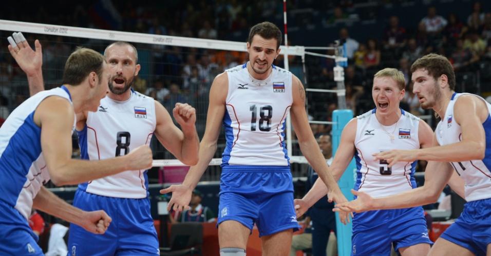 Jogadores da Rússia comemoram ponto na semifinal do vôlei contra a Bulgária em Londres