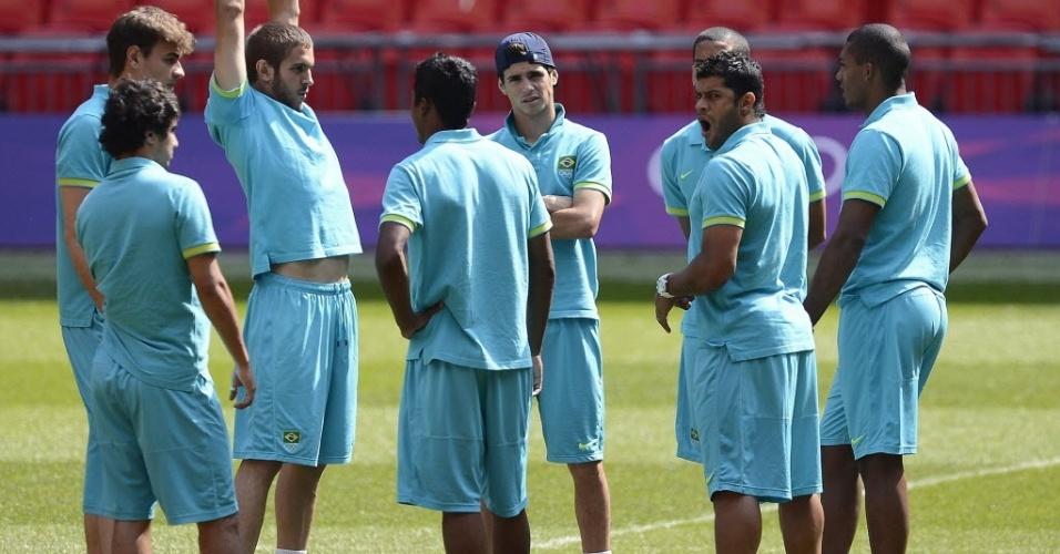 Jogadores da seleção brasileira conversam antes do último treino para a partida contra o México