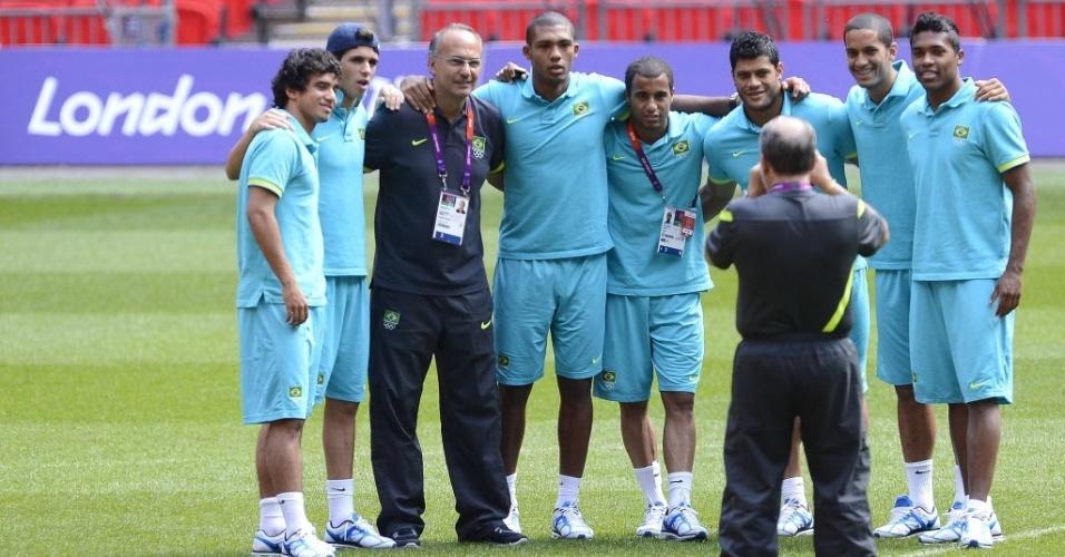 Jogadores da seleção brasileira de futebol posam para a foto antes do último treino para a final olímpica