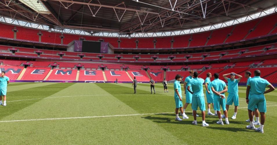 Jogadores da seleção brasileira reconhecem o gramado do estádio Wembley, palco da final contra o México (10/08/2012)