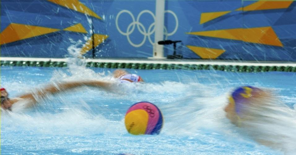 Jogadores de Espanha e Montenegro (touca número 3) participam de partida do polo aquático