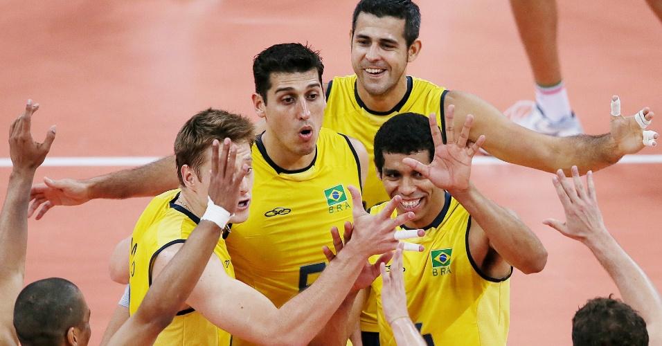 Jogadores do Brasil comemoram após marcar ponto na semifinal contra a Itália nesta sexta-feira (10/08)