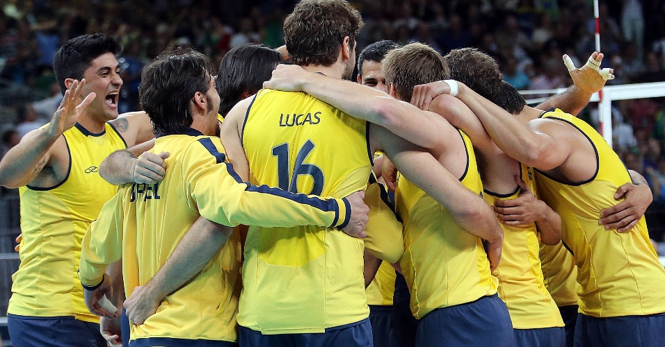 Jogadores do Brasil se abraçam após derrotarem a Itália por 3 sets a 0 na seminifal do vôlei masculino