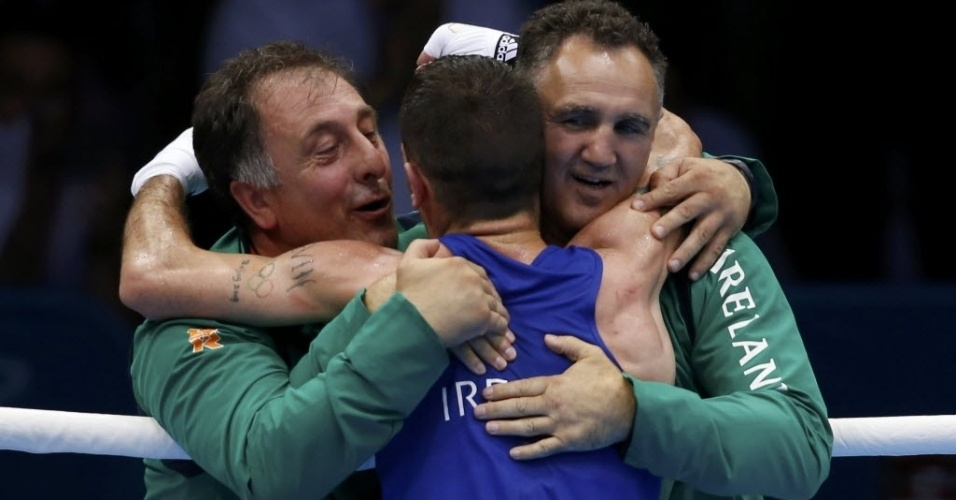 John Joe Nevin, da Irlanda, comemora vitória com os seus técnicos