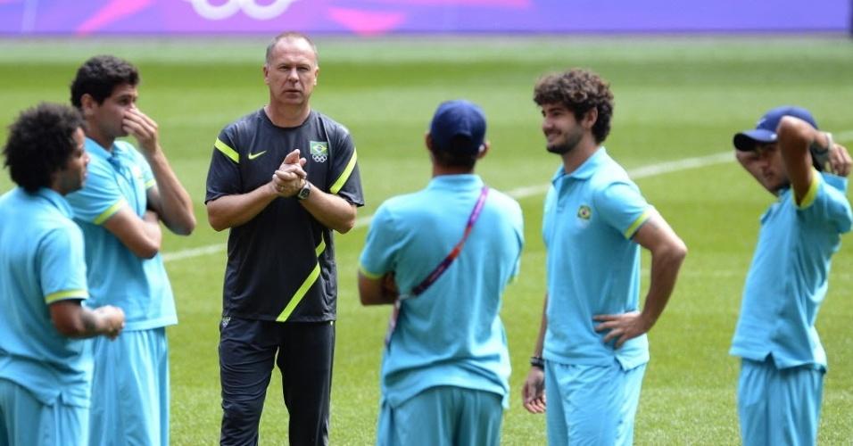 Mano Menezes conversa com jogadores da seleção brasileira durante treino da equipe em Londres