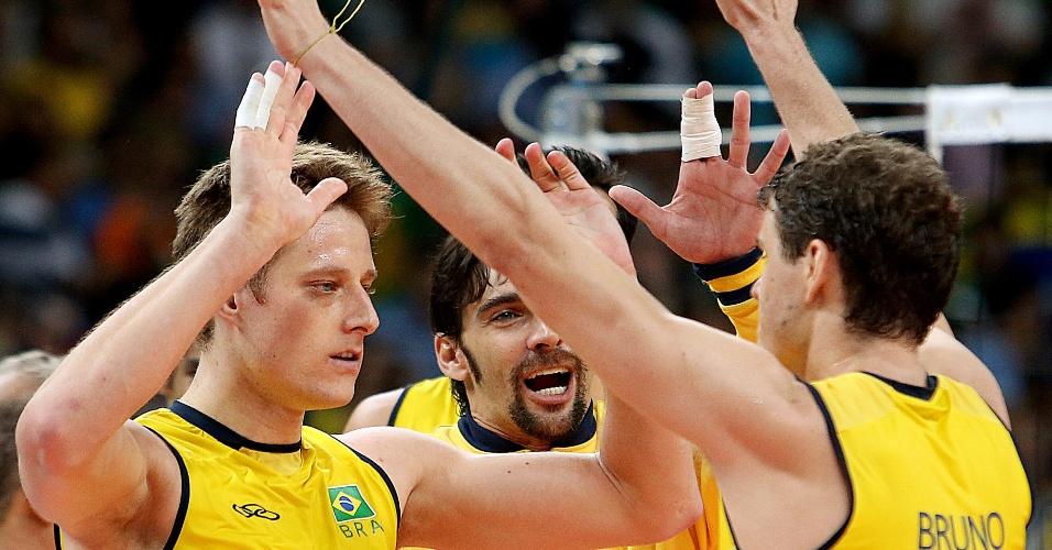 Murilo, Giba e Bruninho comemoram vitória do Brasil sobre a Itália na semifinal do vôlei masculino