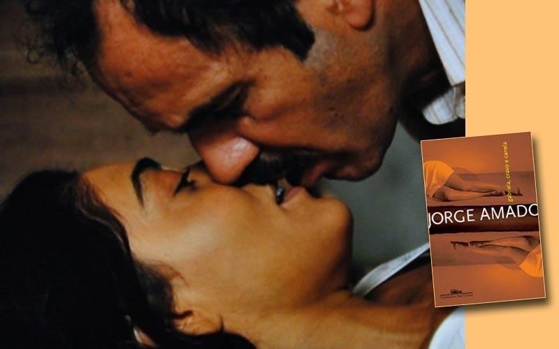 Nacib (Humberto Martins) beija Gabriela (Juliana Paes) na nova adaptação para a TV de um dos mais célebres romances de Jorge Amado. A obra já tinha sido adaptada anteriormente para a TV, com Sônia Braga no papel da personagem título. A mesma atriz também viveu Gabriela no filme de Bruno Barreto, de 1983, em que Nacib foi representado por Marcello Mastroiani, astro do cinema italiano e internacional. O romance também gerou a composição de Dorival Caymmi, com excelente interpretação de Gal Costa.