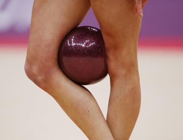 Norte-americana Julie Zetlin faz exibição com a bola na ginástica rítmica