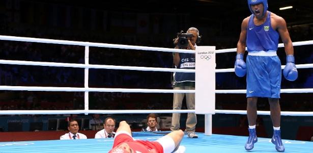 Esquiva Falcão comemora vitória na semifinal dos médios diante do britânico Anthony Ogogo
