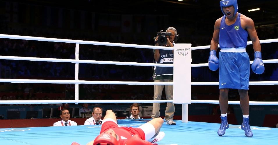 O brasileiro Esquiva Falcão acertou golpe e deixou o rival (vermelho) no chão