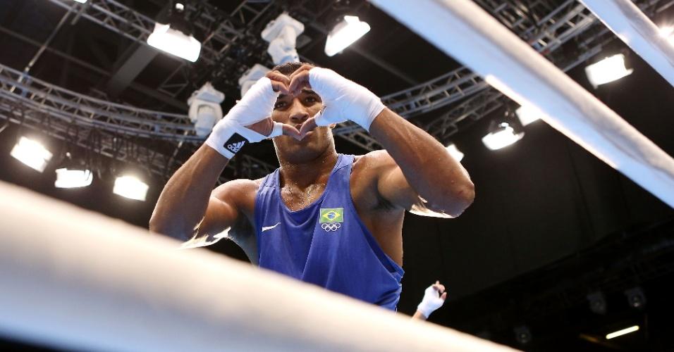 O brasileiro Esquiva Falcão comemorou a vitória fazendo