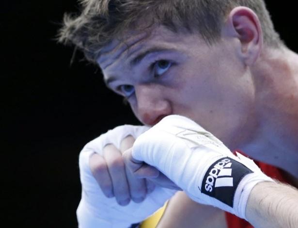 O britânico Luke Campbell  comemora a vitória contra o japonês Satoshi Shimizu
