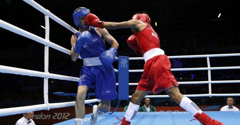 O cubano Lazaro Alvarez Estrada (dir) acerta golpe no rival John Joe Nevin