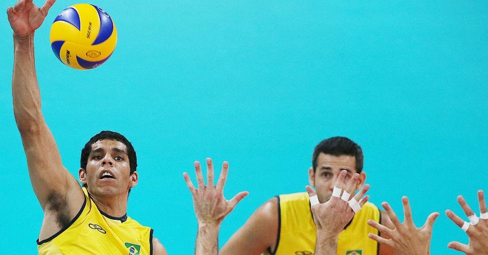 Oposto do Brasil, Wallace, tenta ataque contra bloqueio duplo da Itália na semifinal desta sexta-feira (10/08)