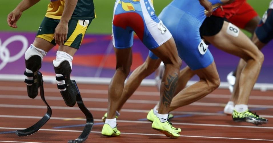 Primeiro atleta biamputado a competir nos Jogos Olímpicos, Oscar Pistorius aguarda bastão de companheiro sul-africano na final do revezamento 4 x 400 rasos (10/08/2012)