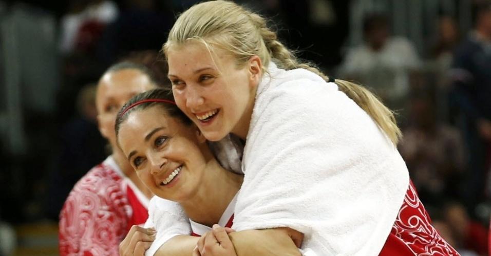 Russa Becky Hammon (e.) é abraçada pela companheira de equipe Natalya Vieru após vitória nas quartas de final do basquete feminino sobre a Turquia