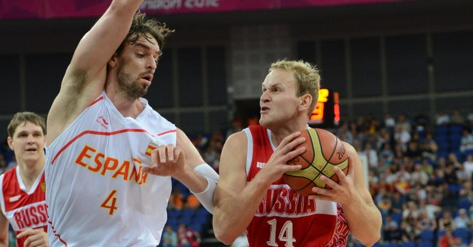 Russo Anton Ponkrashov tenta passa pelo espanhol Pau Gasol na semifinal dos Jogos Olímpicos