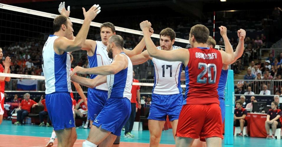 Russos comemoram ponto em jogo contra a Bulgária válido pelas semifinais da Olimpíada de Londres
