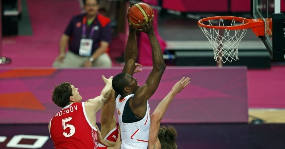 Serge Ibaka salta para a cesta durante vitória da Espanha sobre a Rússia na semi do basquete masculino