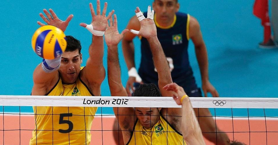 Sidã e Dante tentam bloquear ataque do italiano Michal Lasho na semifinal desta sexta-feira (10/08)