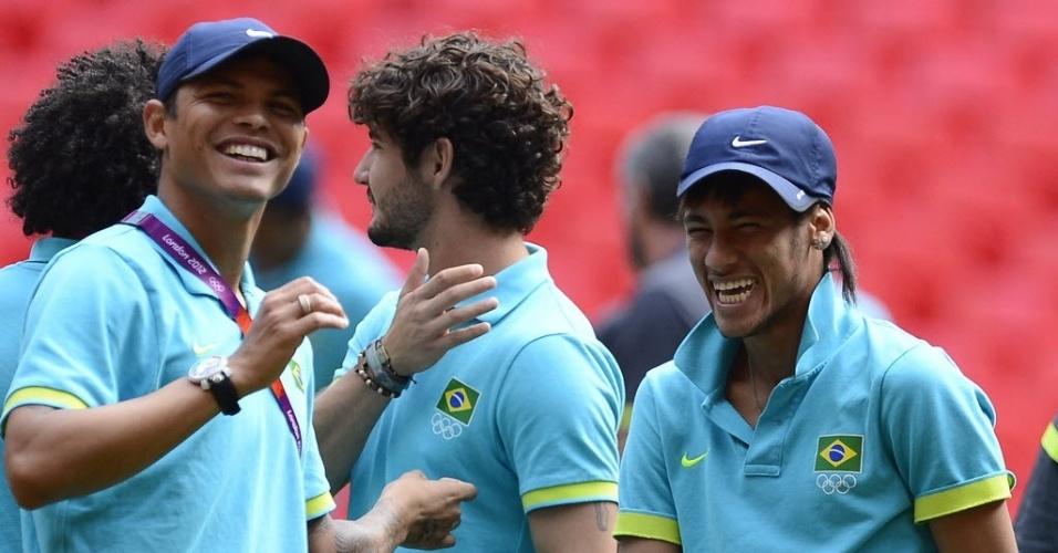 Thiago Silva e Neymar sorriem e mostram descontração durante treino da seleção brasileira em Londres