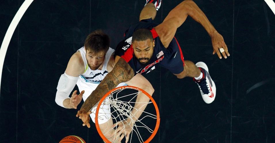 Tyson Chandler e Andres Nocioni disputam a bola embaixo da cesta, no confronto entre EUA e Argentina, pela semifinal do torneio olímpico de basquete