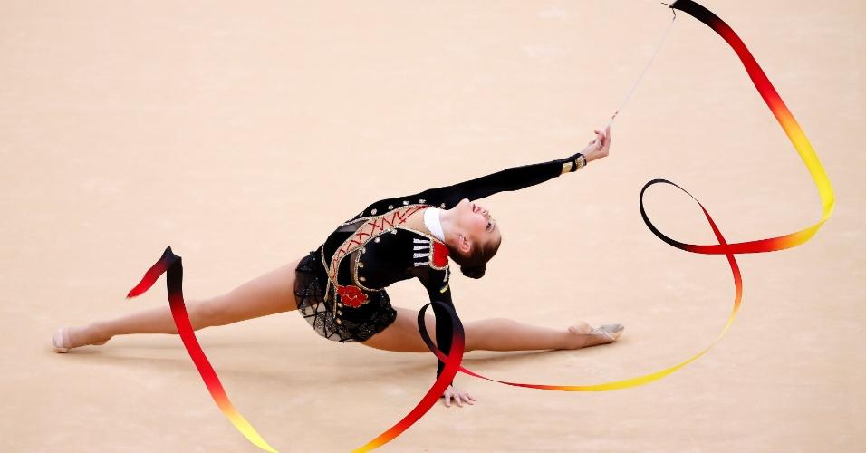 Ucraniana Alina Maksymenko se apresenta com a fita nas eliminatórias desta sexta-feira em Londres