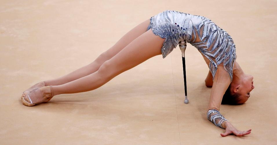 Uzbeque Ulyana Trofimova se equilibra sobre as maças no início de sua apresentação com o aparelho nas eliminatórias desta sexta