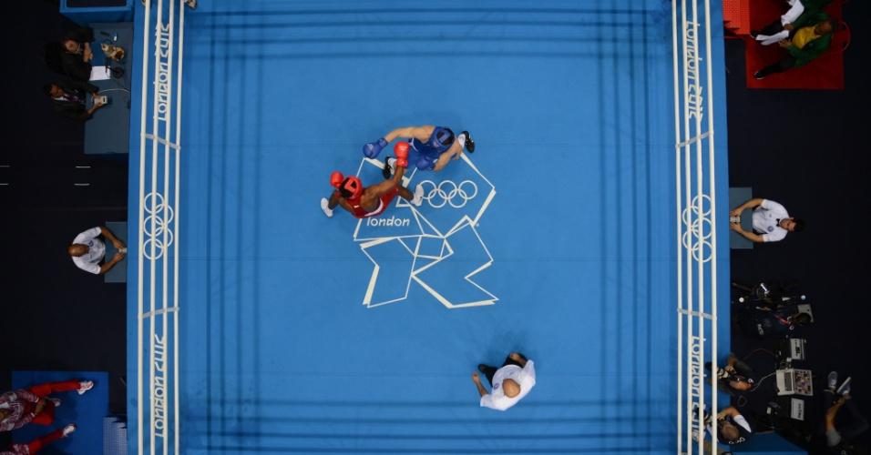 Vista de cima da luta entre o brasileiro Yamaguchi Falcao Florentino (de vermelho) e o russo Egor Mekhontcev