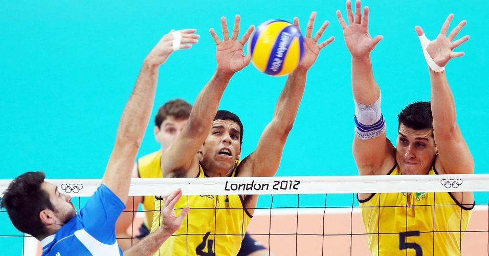 Wallace e Sidão bloqueiam ataque do italiano Savani na partida semifinal desta sexta-feira (10/08)