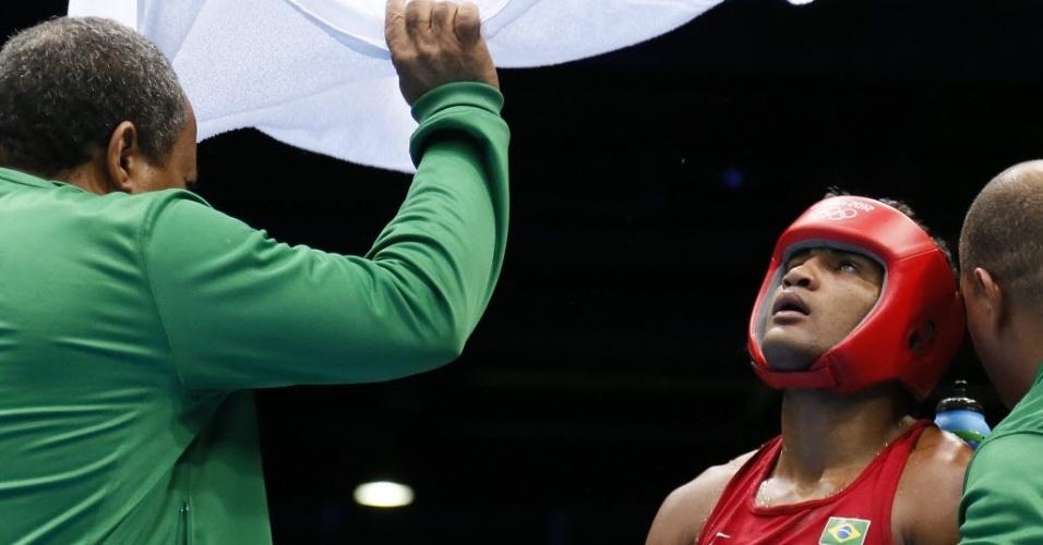 Yamaguchi Florentino é abanado por membros de seu staff durante a semifinal em Londres, contra lutador russo