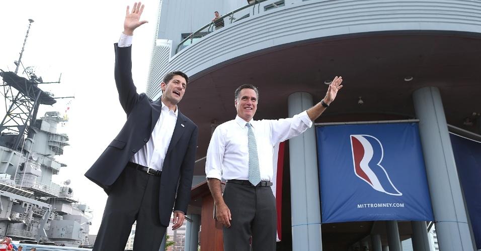 11.ago.2012 - Candidato a vice Paul Ryan (esquerda) e candidato republicano à presidência dos Estados Unidos, Mitt Romney, acenam para população em comício em Norfolk, Virginia (EUA)