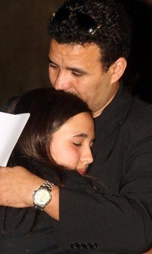 11.ago.2012 - EX-marido da juíza Patrícia Acioli, Wilson Chagas, consola filha da magistrada, Ana Clara Acioli, durante missa celebrada neste sábado (11) para lembrar um ano do assassinato da juíza, em Niterói, no Rio de Janeiro