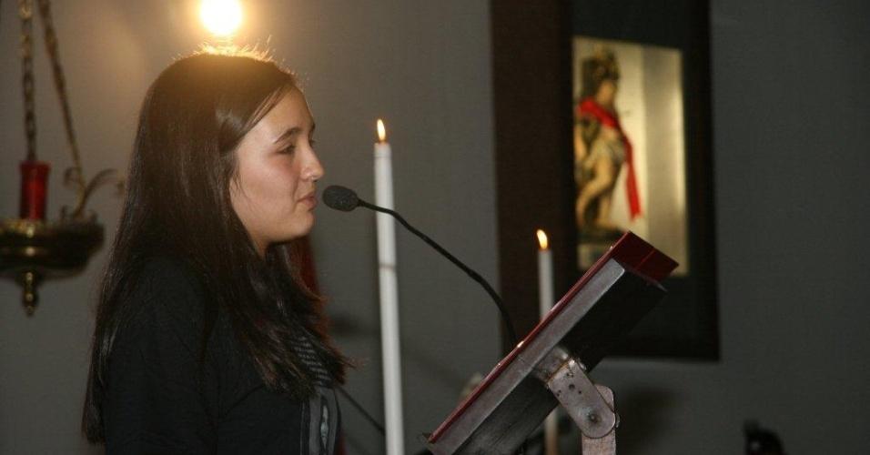 11.ago.2012 - Filha da juíza Patrícia Acioli, Ana Clara, 13, disse que pensa em seguir carreira da mãe durante missa celebrada neste sábado (11) para lembrar um ano do assassinato da magistrada em Niterói, no Rio de Janeiro