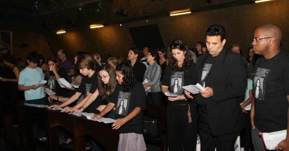 11.ago.2012 - Parentes e amigos participam de missa para lembrar um ano da morte da juíza Patrícia Acioli, em Niterói, no Rio. A magistrada foi assassinada, segundo o Ministério Público, por policiais militares