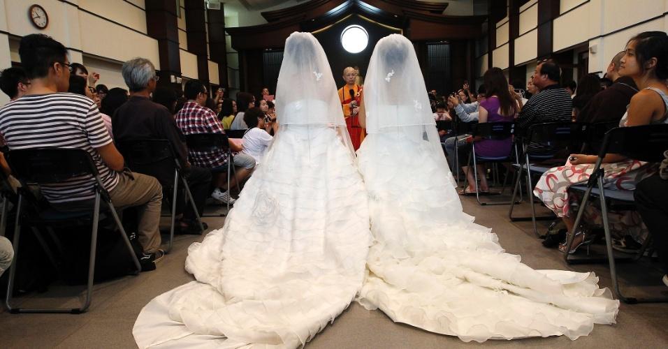 11.ago.2012 - You Ya-ting (esquerda) e Huang Mei-yu participam de cerimônia simbólica de casamento no templo de Taoyuan, em Taiwan, neste sábado (11). Foi o primeiro casamento gay budista realizado na ilha. Elas esperam que cerimônia sirva de inspiração para que Taiwan se torne o primeiro lugar da Ásia a legalizar a união de pessoas do mesmo sexo