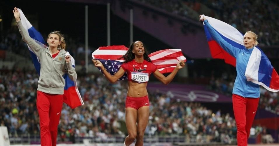 A Russa Anna Chicherova (esq), a norte-americana Brigetta Barrett (centro) e a russa Svetlana Shkolina comemoram após fim da disputa do salto em altura