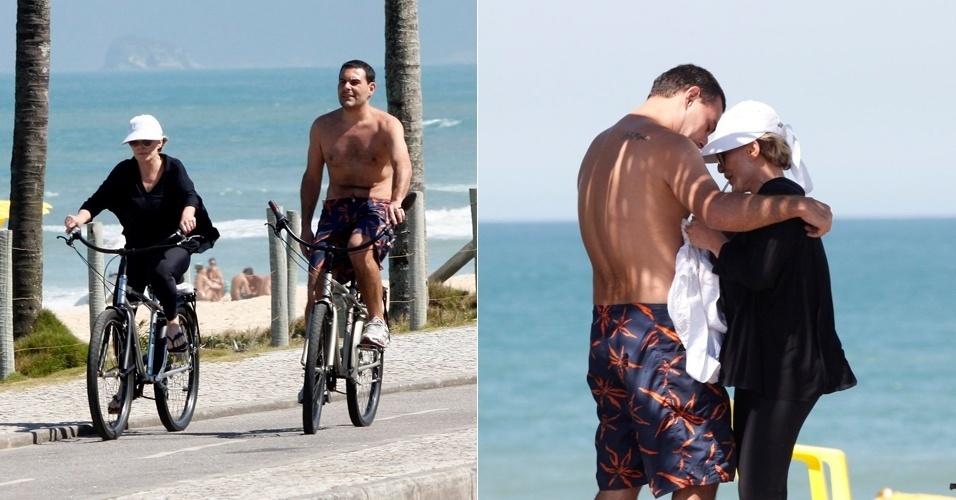 Ana Maria Braga anda de bicicleta com o marido, Marcelo Frisoni, em praia da Barra da Tijuca, no Rio de Janeiro. O empresário teve a prisão decretada esta semana a pedido da ex-mulher, Patrícia Palma, que cobra pensões alimentícias que estariam atrasadas (11/8/12)
