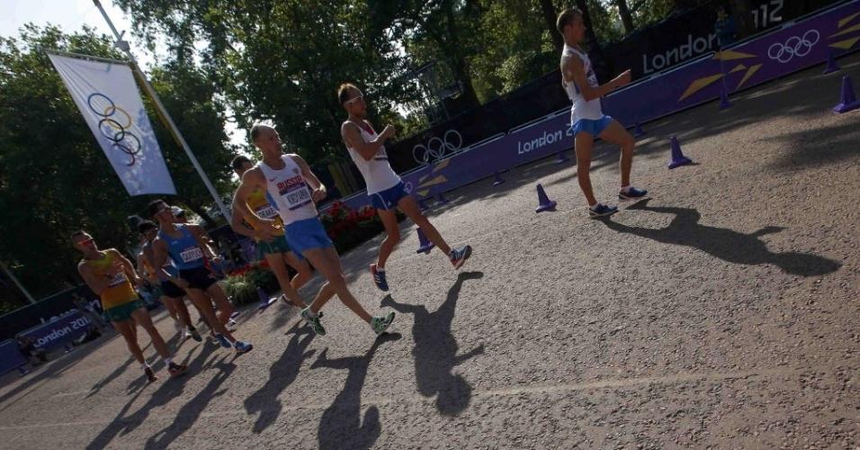 Atletas percorrem os 50 km da marcha atlética pelas ruas de Londres