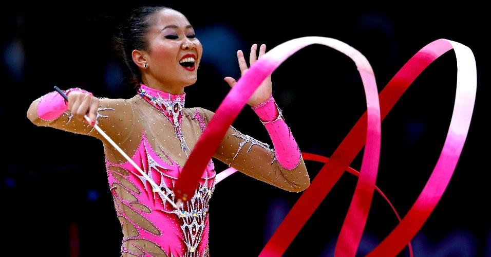 Azerbaijana Aliya Garayeva se apresenta com a fita na final individual geral da ginástica rítmica