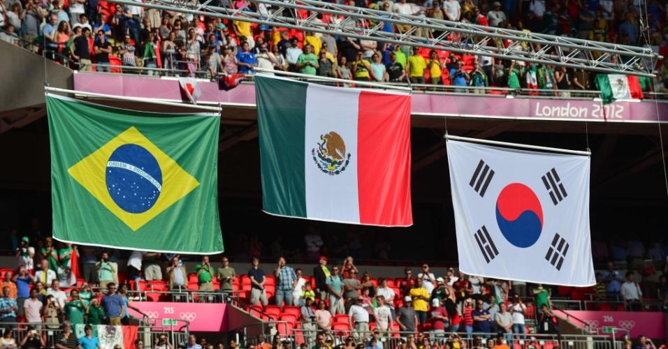 Bandeiras de Brasil, México e Coreia do Sul são exibidas homeagendo seleções medalhistas no futebol masculino